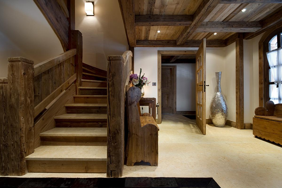 прихожая с лестницей в частном доме кантри