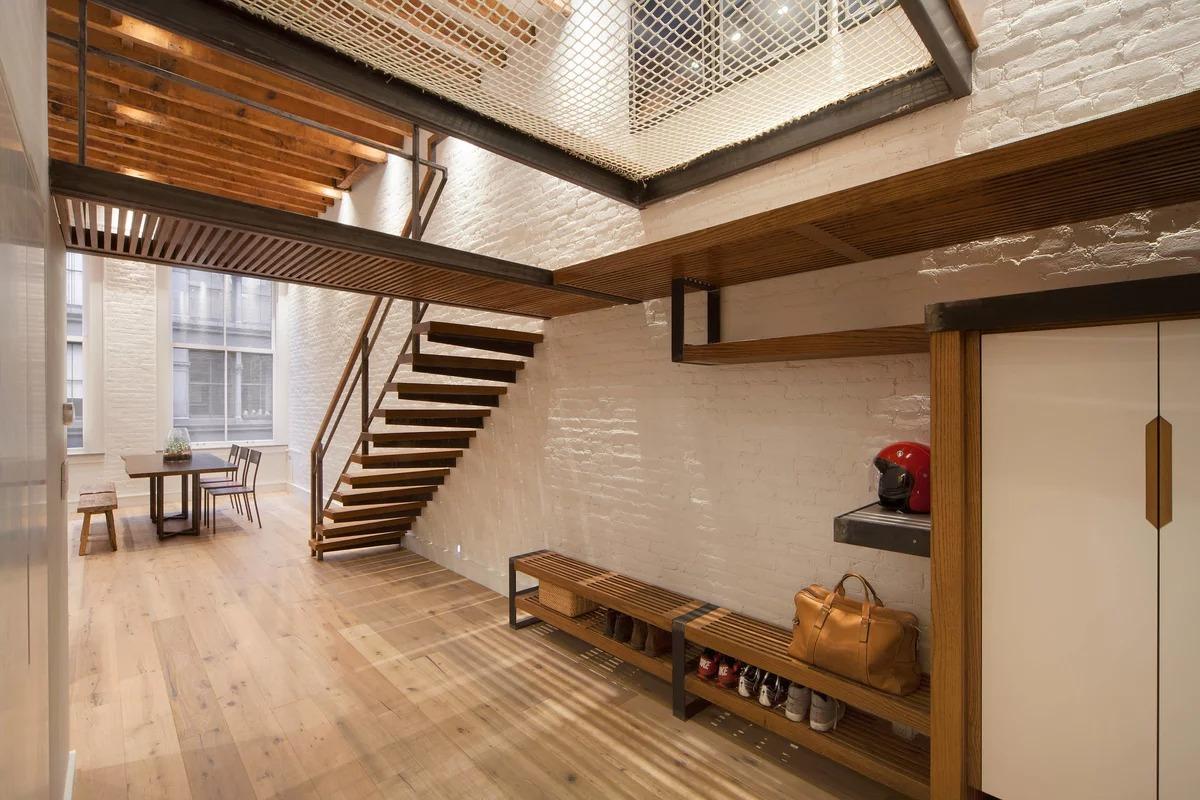 прихожая с лестницей в частном доме лофт