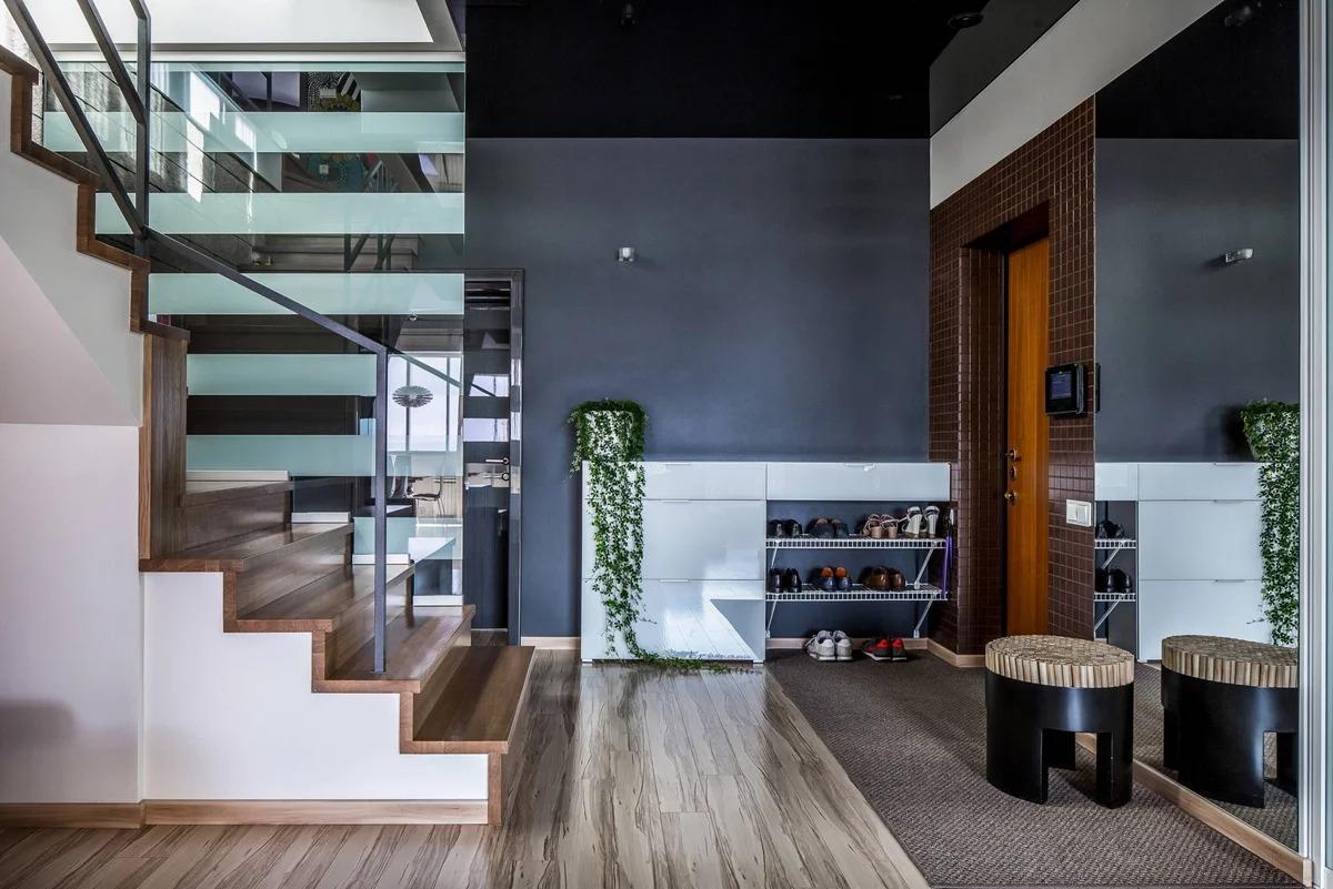 прихожая с лестницей в частном доме модерн