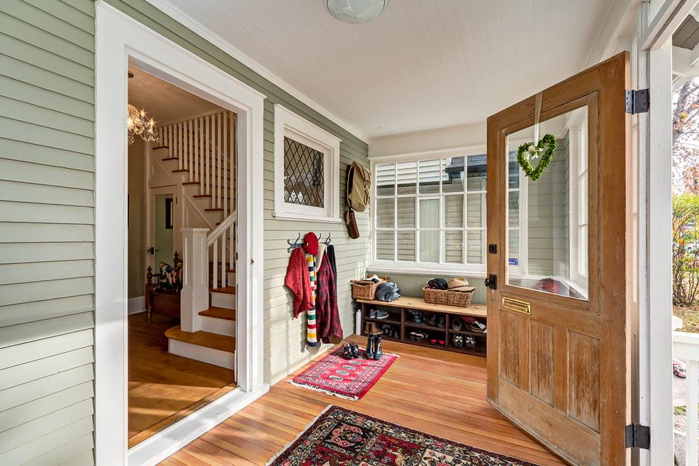 прихожая в частном доме с лестницей прованс фото