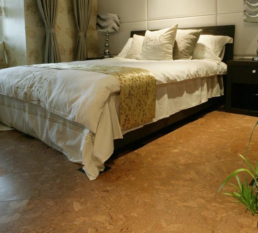 Пробковое покрытие на полу в спальне