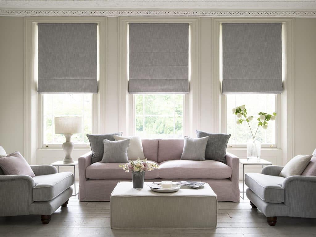 Традиционные римские шторы в гостиной с тремя окнами