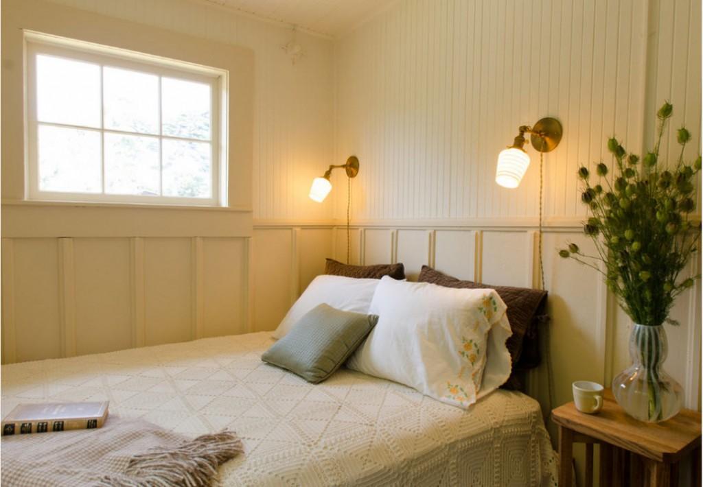 Компактные бра над кроватью в спальне