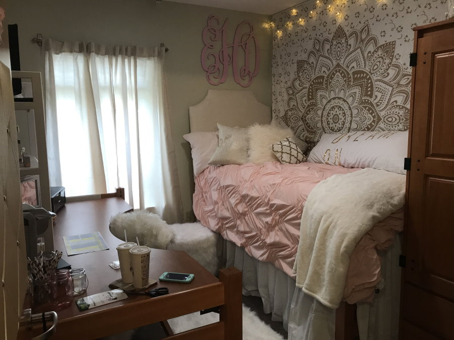 Высокая кровать в очень маленькой комнате общежития