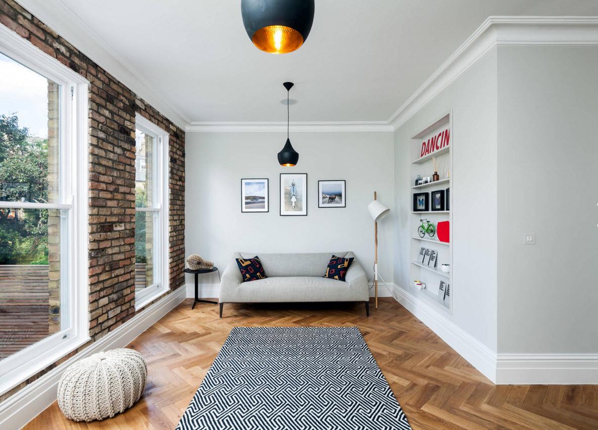 прямоугольная комната с кирпичной стеной