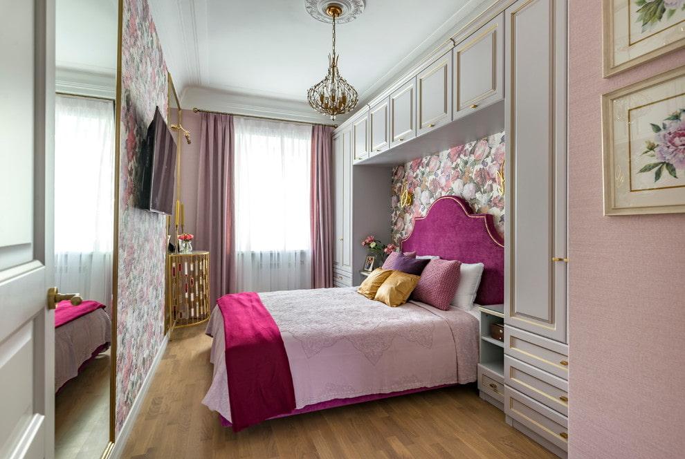 прямоугольная спальня с кроватью в нише