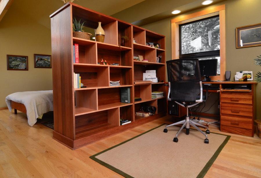 Рабочий кабинет за стеллажом в спальной комнате