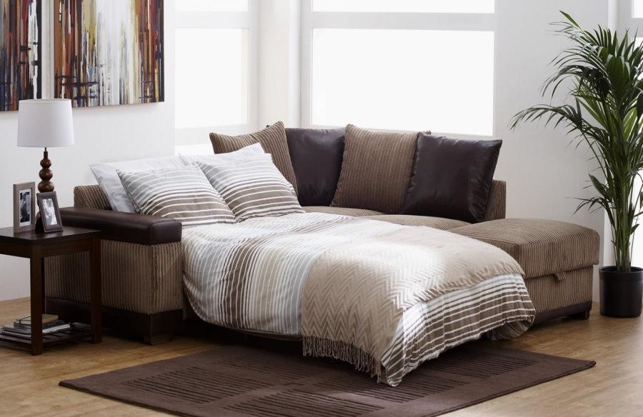 Спальное место на разложенном диване в гостиной