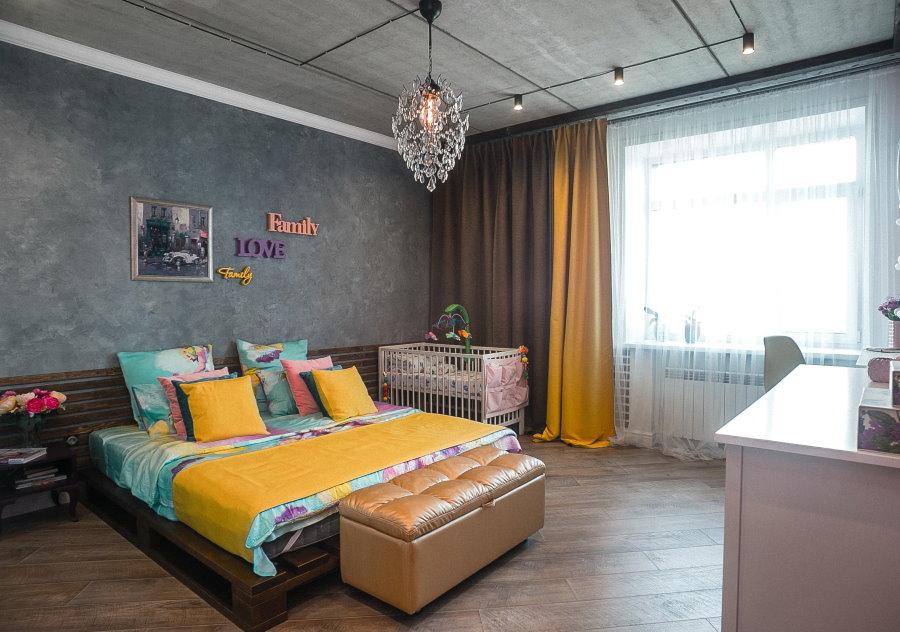 Яркие акценты в спальной комнате смешанного стиля