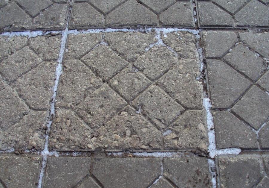 Разрушение лицевой поверхности тротуарной плитки