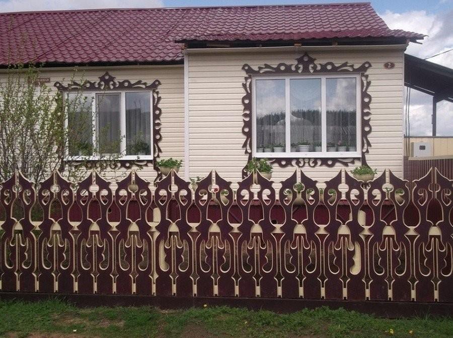 Палисадник сельского дома с резным штакетником
