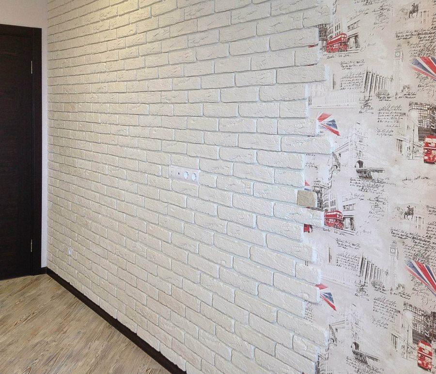 Пример декоративной отделки стены обоями под кирпич