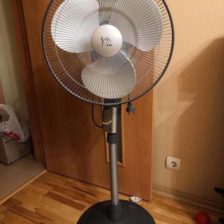Розетка на стене спальни для напольного вентилятора