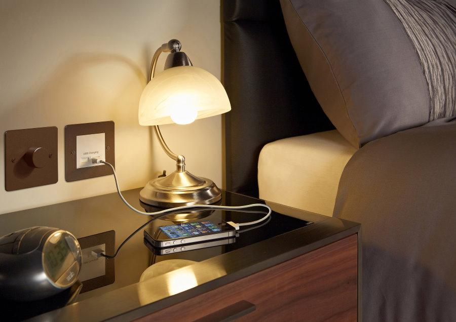 Розетка с USB-зарядкой над тумбочкой в спальне
