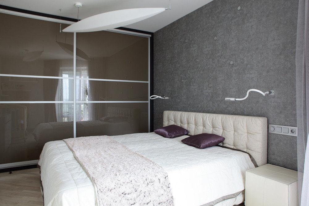Белые розетки на серой стене в спальне