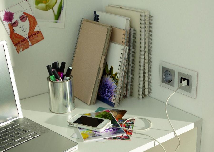 Блок розеток над столиком для ноутбука