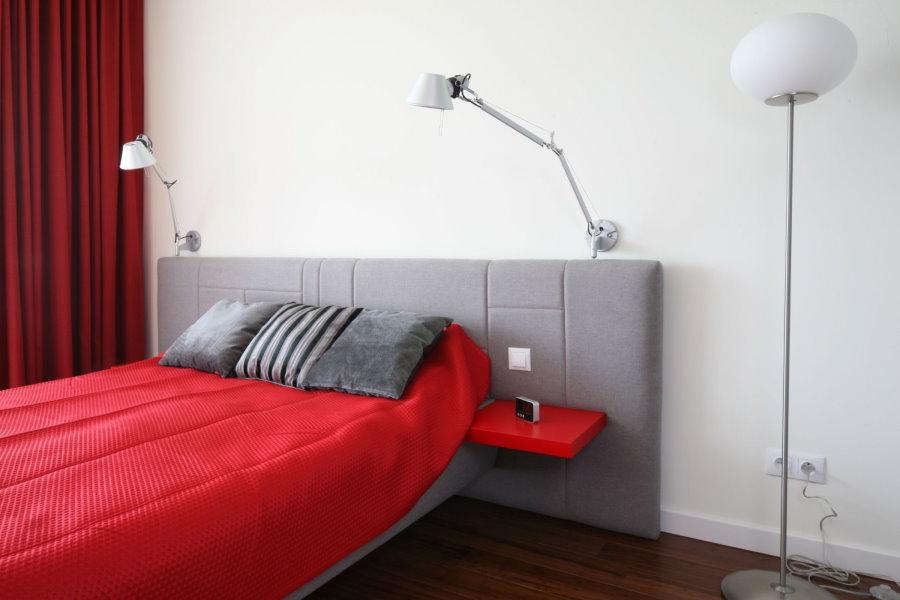 Двойная розетка на стене спальни для торшера