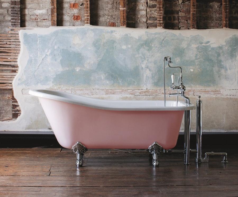 Розовая ванна на серебристых ножках