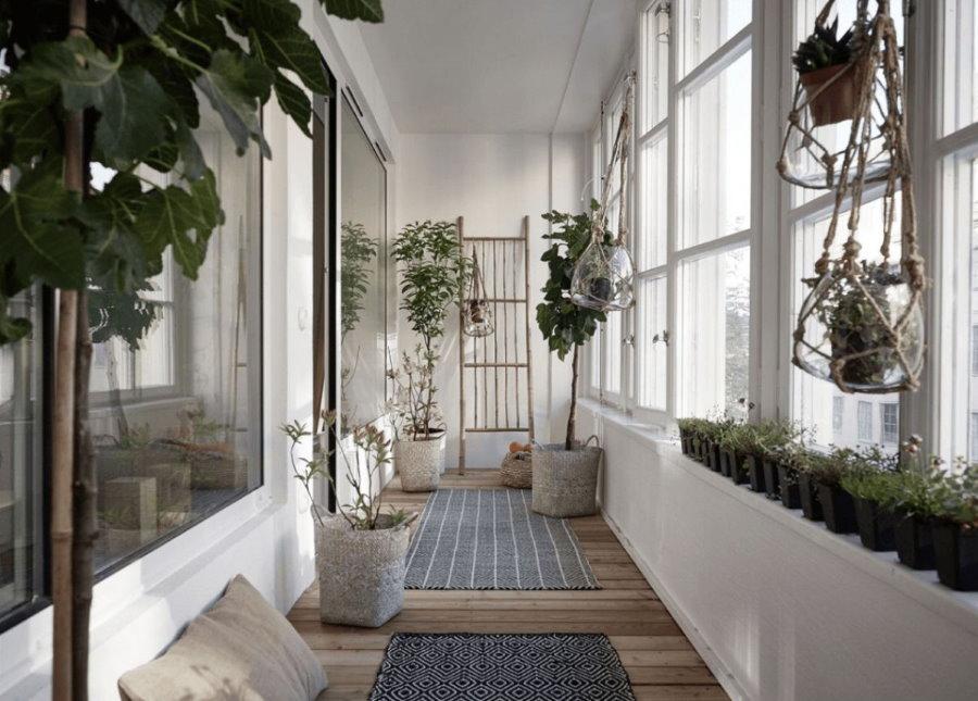 Сад с живыми растениями на балконе спальни