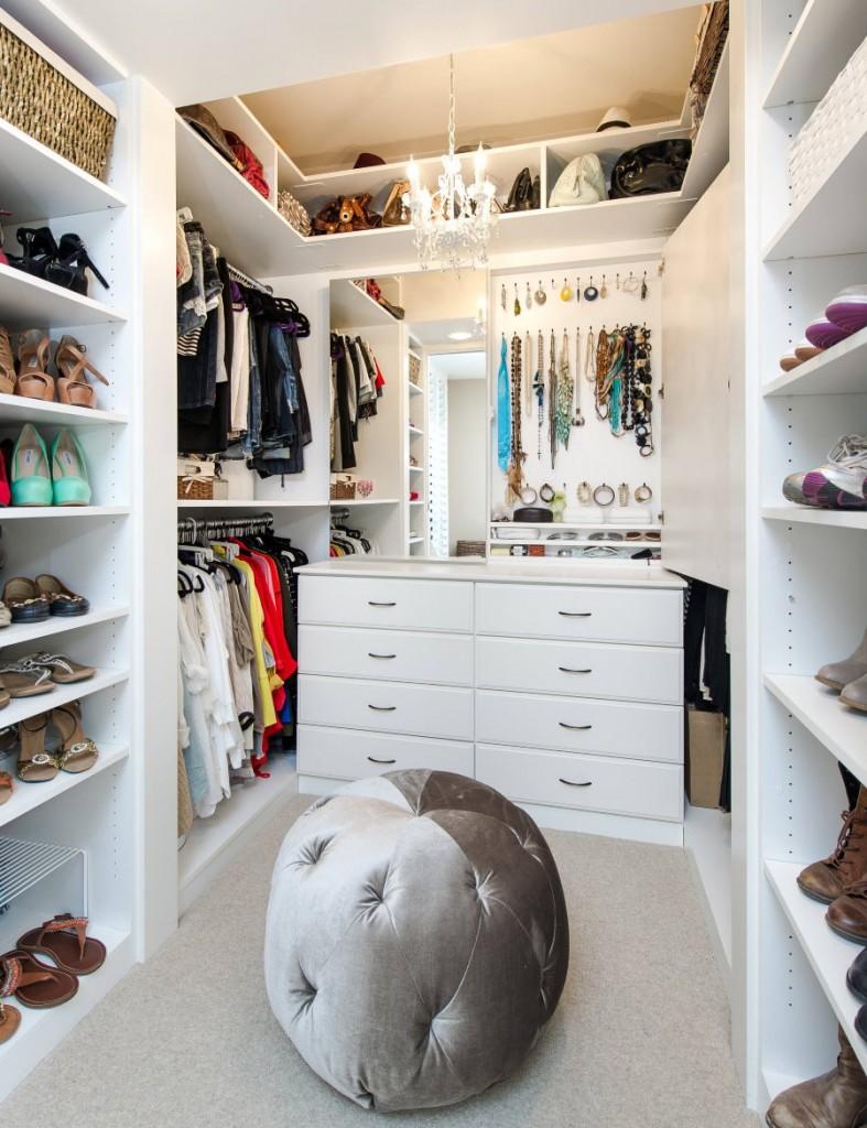 Белый комод с ящиками в маленькой гардеробной