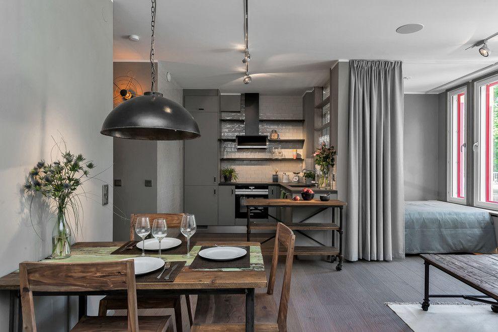 Деревянная мебель в серой квартире-студии