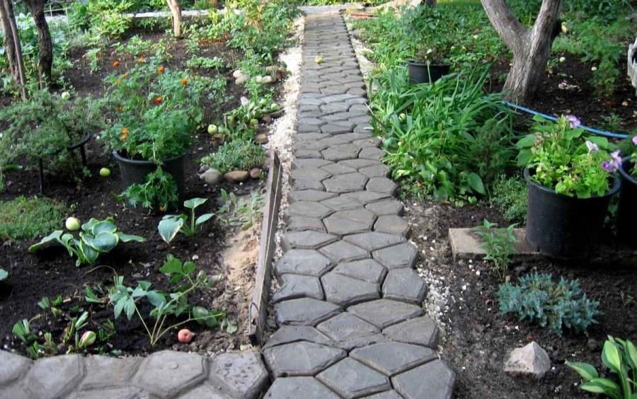 Дорожка в огороде из бетонной плитки