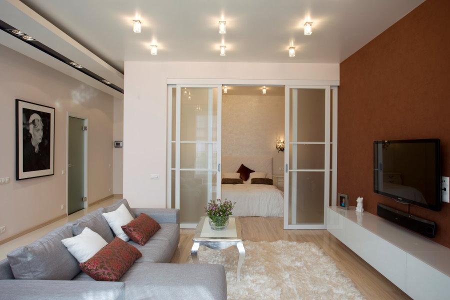Освещение накладными светильниками гостиной части общей комнаты