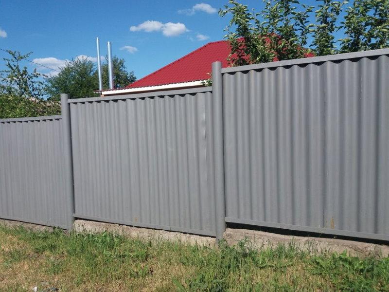 Шиферная ограда на участке с перепадами высот