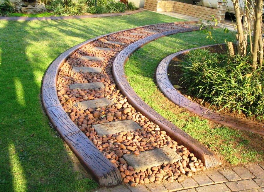 Шикарная дорожка из камня с деревянными бордюрами