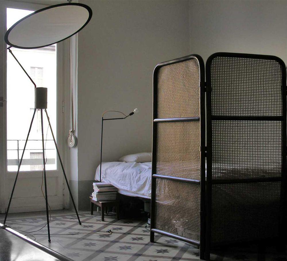 Сетчатая ширма перед кроватью в общежитии