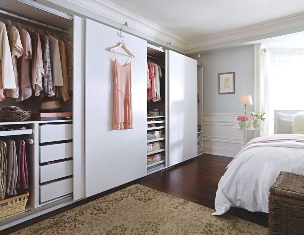Удобный гардероб в спальне для девушки