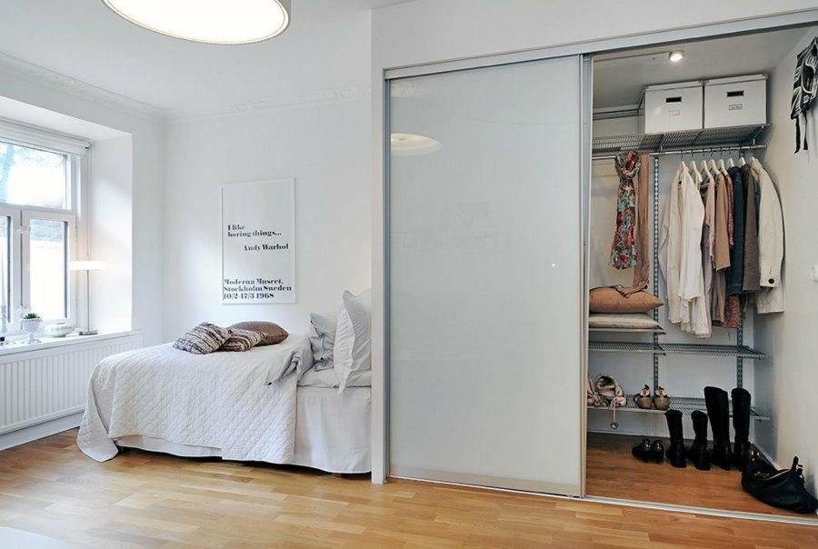 Гардеробная в спальном помещении квартиры в скандинавском стиле
