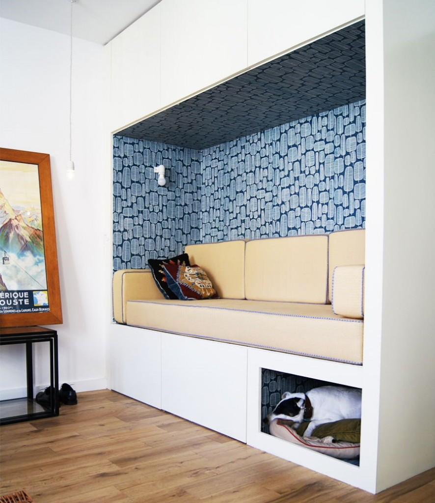 Небольшой диванчик в нише стены комнаты в общежитии