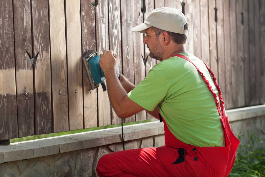 Шлифовка деревянного штакетника на заборе