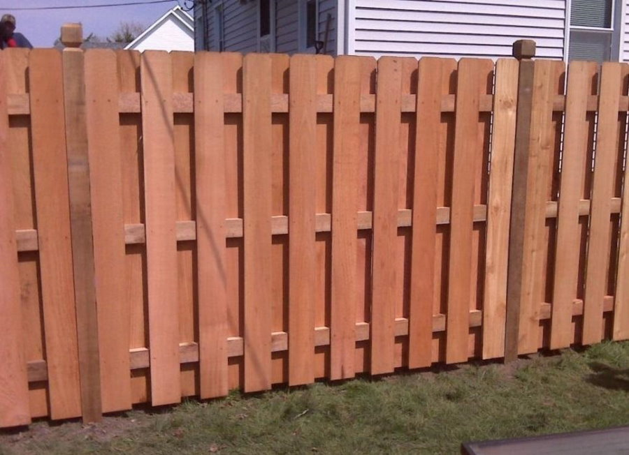 Глухой забор с шахматным расположением деревянного штакетника