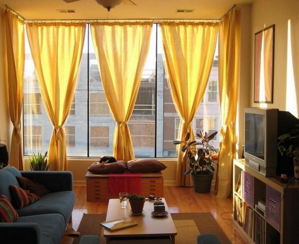 Желтые шторы на большом окне в зале