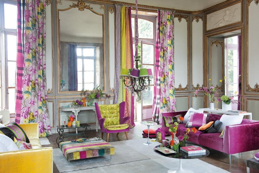 Яркие занавески в гостиной эклектичного стиля