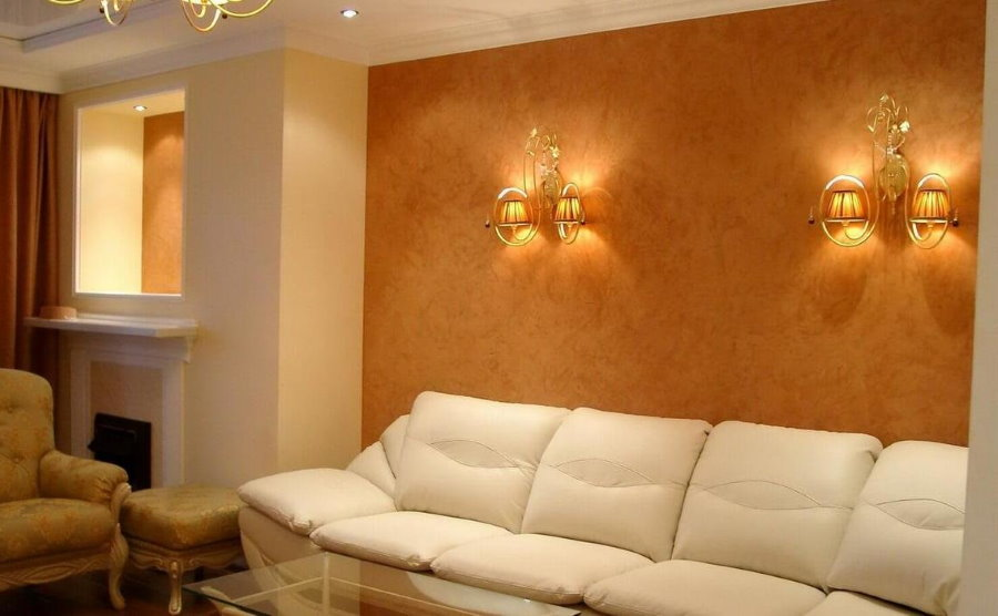 Настенные бра в интерьере комнаты с диваном