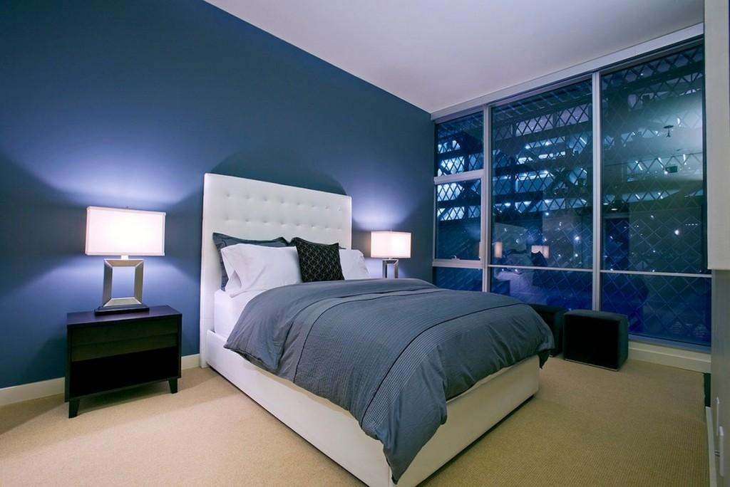 Интерьер комфортной спальни в синих тонах