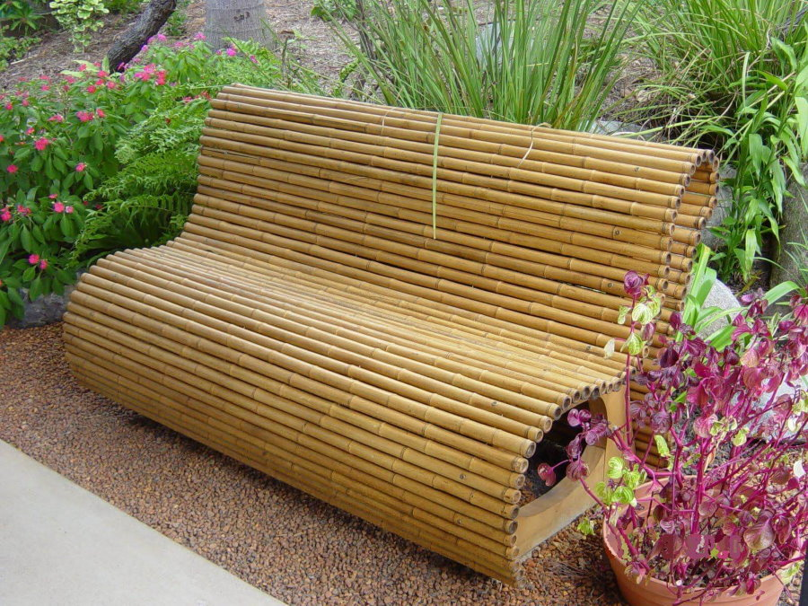 Скамейка из бамбука в саду восточного стиля
