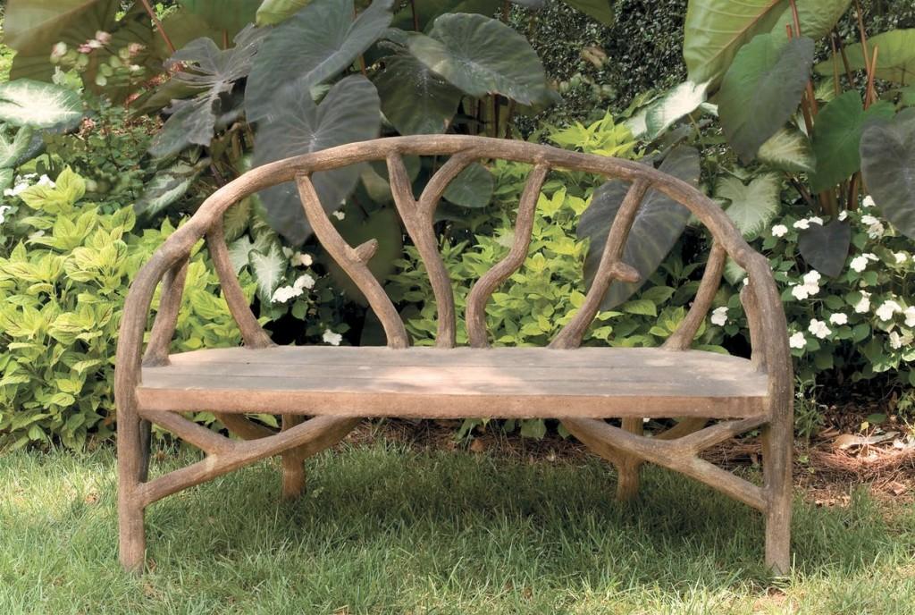 Дачная скамейка из толстых веток дерева