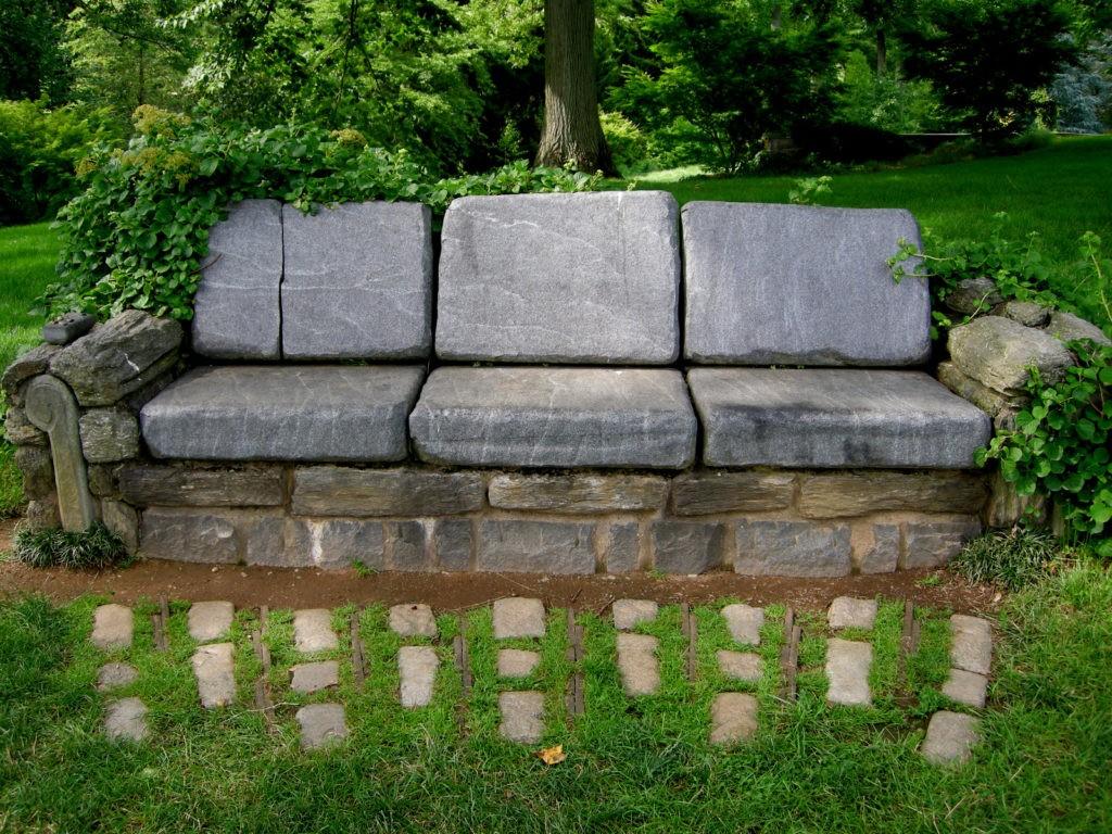 Садовый диван из природного камня