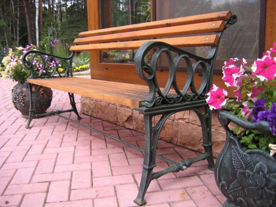 Садовая скамейка на чугунных ножках