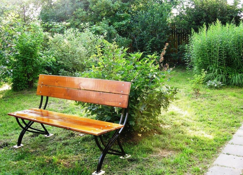 Садовая скамейка из комбинированных материалов