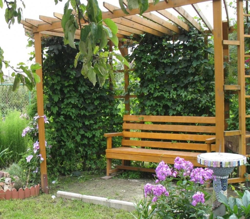 Садовая скамейка с деревянной перголой