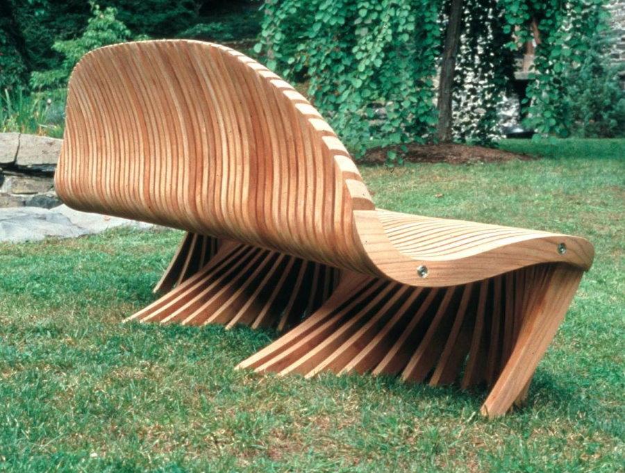 Стильная скамейка из деревянных деталей