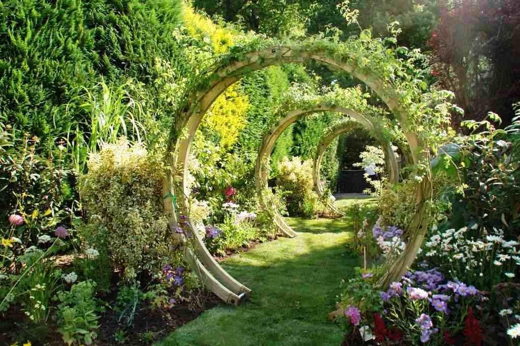 Деревянные арки в форме круга на даче