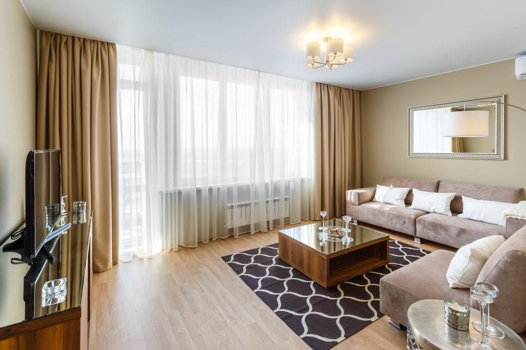 Коричневые шторы в гостиной комнате современного стиля