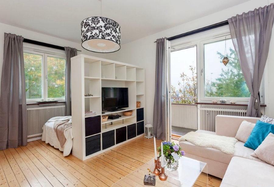Зонирование угловой спальни-гостиной с помощью стеллажа