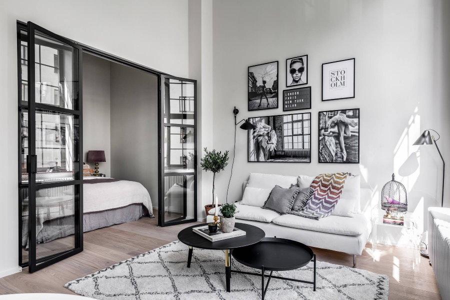 Стеклянные двери между спальней и гостиной
